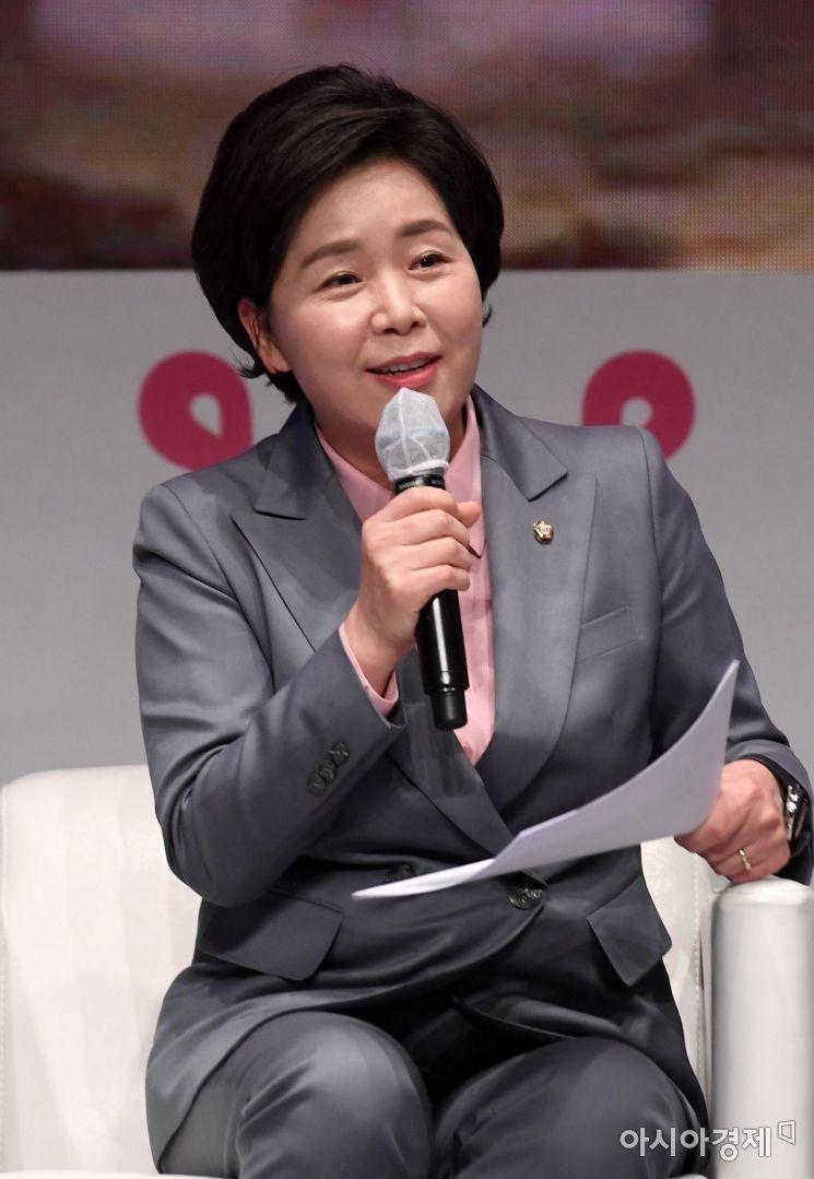 양향자 더불어민주당 최고의원이 28일 서울 중구 롯데호텔에서 열린 '2020 아시아여성리더스포럼'에서 김은혜 국민의힘 의원과 대담을 하고 있다./김현민 기자 kimhyun81@