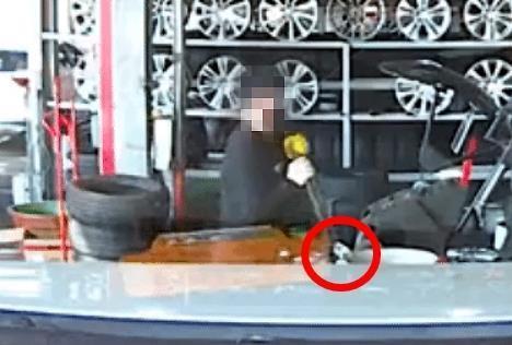 타이어 전문점 직원이 고객 자동차의 휠을 고의로 훼손하고 있다. 사진=보배드림 게시물 캡처.