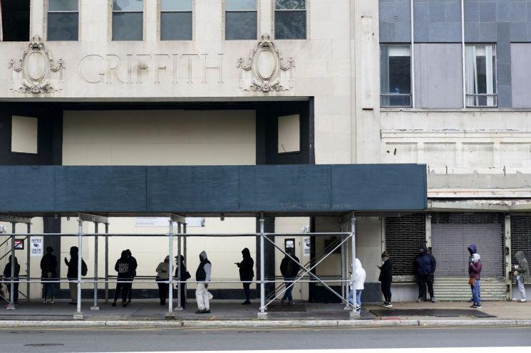 뉴저지주 뉴어크 주민들이 코로나19 테스트를 위해 줄을 서 있다. [이미지출처=AP연합뉴스]