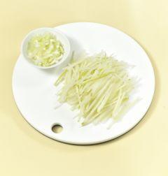 1. 무는 일정한 두께로 채 썰고 대파는 반으로 갈라 송송 썬다.