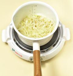 3. 무가 익어 물이 자작하게 나오면 참치한스푼과 대파를 넣는다. (Tip 참치한스푼은 참치를 발효한 액상 조미료로  없다면 국간장이나 액젓을 사용하세요.)