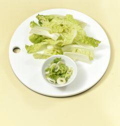 1. 배추 잎은 길쭉하게 썰고 대파는 송송 썬다.
