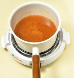 2. 냄비에 물 4컵을 넣고 된장과 고추장을 넣어 잘 푼다.