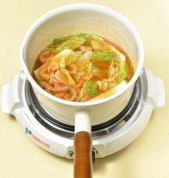 3. 배추 잎과 마른 새우를 넣고 센 불로 끓여 국물이 끓으면 불을 줄이고 10분 정도 푹  끓인다.