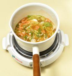 4. 배추가 부드럽게 익고 국물이 잘 어우러지면 대파와 다진 마늘을 넣어 1분 정도 끓인 다음 소금과 후춧가루로 간을 한다.