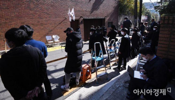 [포토] 이명박 자택 앞에 몰린 취재진