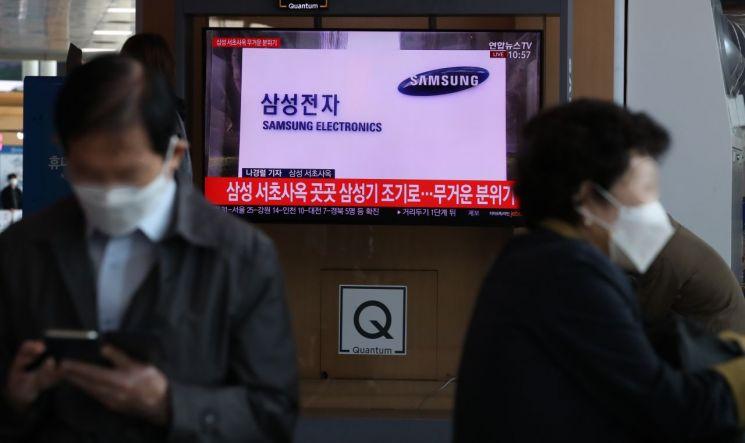 28일 오전 서울역에서 시민들이 이건희 삼성 회장의 장례 관련 뉴스를 TV화면으로 지켜보고 있다. / 사진=연합뉴스