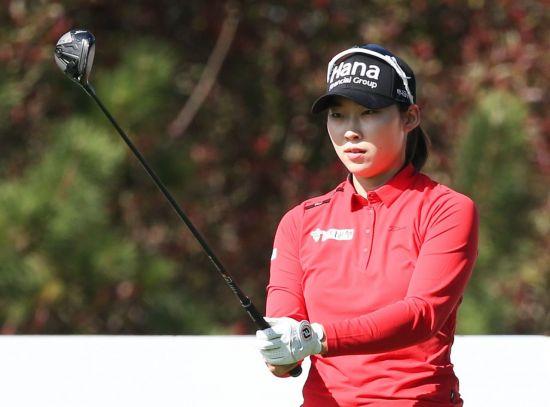 김유빈이 SK네트웍스ㆍ서울경제레이디스클래식 첫날 3번홀에서 티 샷 전에 에임을 하고 있다. 사진=KLPGA