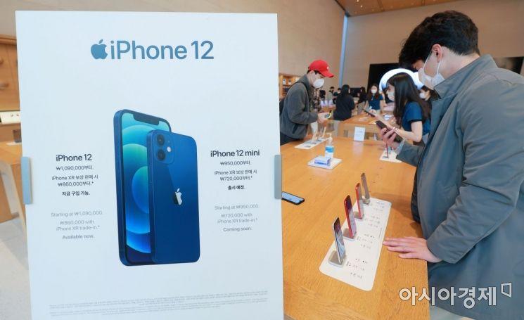 애플의 첫 5G 스마트폰 아이폰12 시리즈가 국내 공식 출시한 30일 서울 강남구 가로수길 애플스토어에서 고객들이 제품을 살펴보고 있다./김현민 기자 kimhyun81@