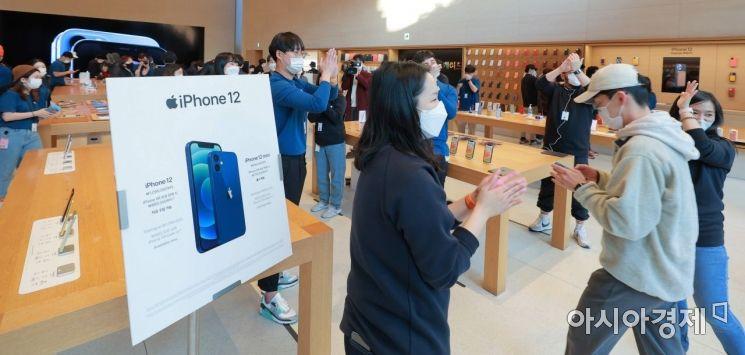 애플의 첫 5G 스마트폰 아이폰12 시리즈가 국내 공식 출시한 30일 서울 강남구 가로수길 애플스토어에서 고객들이 직원들의 축하를 받으며 입장하고 있다./김현민 기자 kimhyun81@