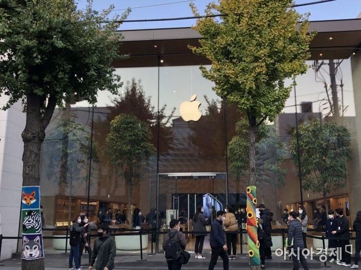 아이폰12가 출시된 30일 오전 애플스토어 가로수길 매장 앞에서 대기자들이 입장을 기다리고 있다.