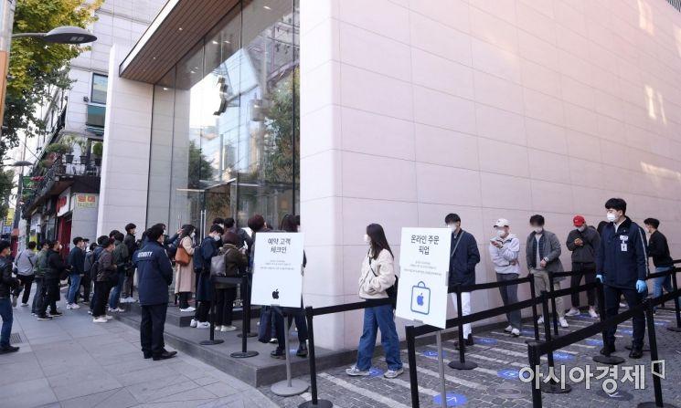 애플의 첫 5G 스마트폰 아이폰12 시리즈가 국내 공식 출시된 30일 서울 강남구 가로수길 애플스토어에서 시민들이 제품을 구매하기 위해 줄을 서 있다./김현민 기자 kimhyun81@