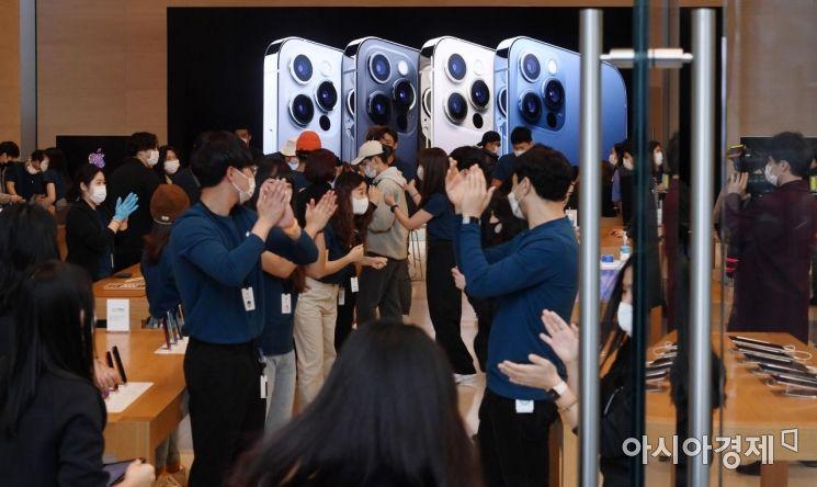 애플의 첫 5G 스마트폰 아이폰12 시리즈가 국내 공식 출시한 10월 30일 서울 강남구 가로수길 애플스토어에서 고객들이 직원들의 축하를 받으며 입장하고 있다./김현민 기자 kimhyun81@