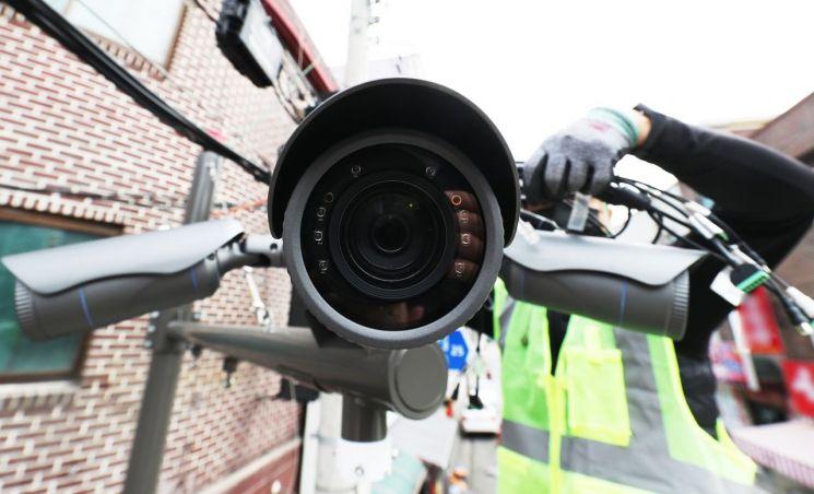 초등학생 납치·성폭행범 조두순 출소를 두 달여 앞두고 경기 안산시의 한 골목길에서 관계자들이 방범용 CCTV를 설치하고 있다. [이미지출처=연합뉴스]