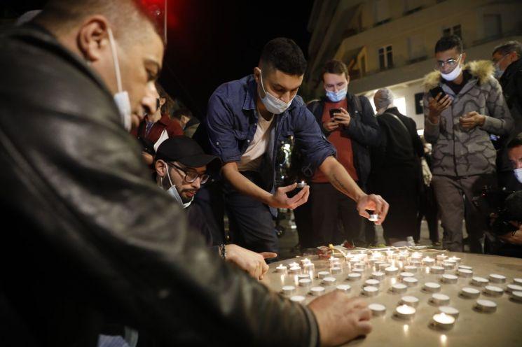 니스 테러 희생자들의 넋을 위로하는 프랑스 시민들 [이미지출처=EPA연합뉴스]