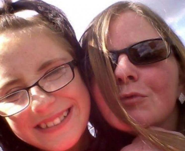 아픈 딸을 방치해 죽음에 이르게 한 혐의로 기소돼 실형을 선고 받은 영국인 어머니 샤론 골디 씨와 딸 로빈 골디. / 사진=BBC 캡처