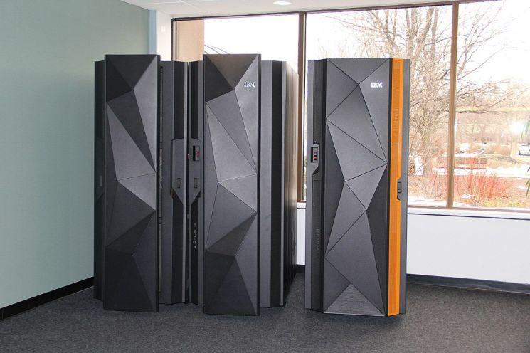 미국 기업 'IBM'이 개발한 메인프레임. 메인프레임은 기업, 관공서 등에서 사용하는 대형 컴퓨터를 뜻한다. / 사진=위키피디아 캡처