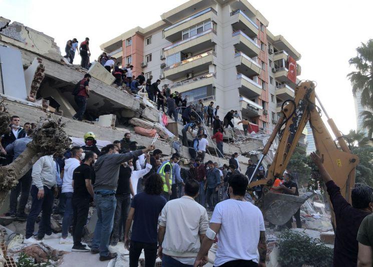 터키의 이즈미르에서 지진으로 무너진 건물에서 생존자를 구출하는 작업이 이뤄지고 있다. [이미지출처=AP연합뉴스]