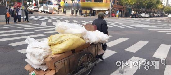 서울 중구 을지로 한 사거리에서 손수레에 폐지를 가득 실은 노인이 힘겹게 횡단보도를 가로질러 가고 있다. 사진=한승곤 기자 hsg@asiae.co.kr.