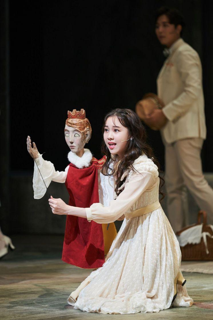 뮤지컬 '베르테르'에서 '롯데'를 연기하는 김예원의 공연 장면.  [사진= CJ ENM]