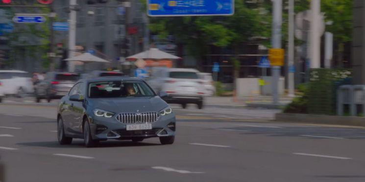 tvN 드라마 청춘기록에 등장하는 BMW 뉴 2시리즈 그란쿠페