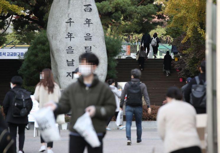 제 31회 공인중개사 시험이 실시된 31일 오전 서울 용산구의 한 고등학교로 응시생들이 입장하고 있다./사진=연합뉴스