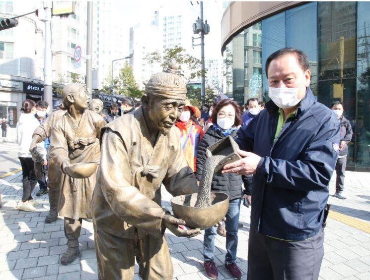 마포나루길(마포 걷고 싶은길 3코스) 걷기 행사 중  토정로 동상 앞 유동균 마포구청장