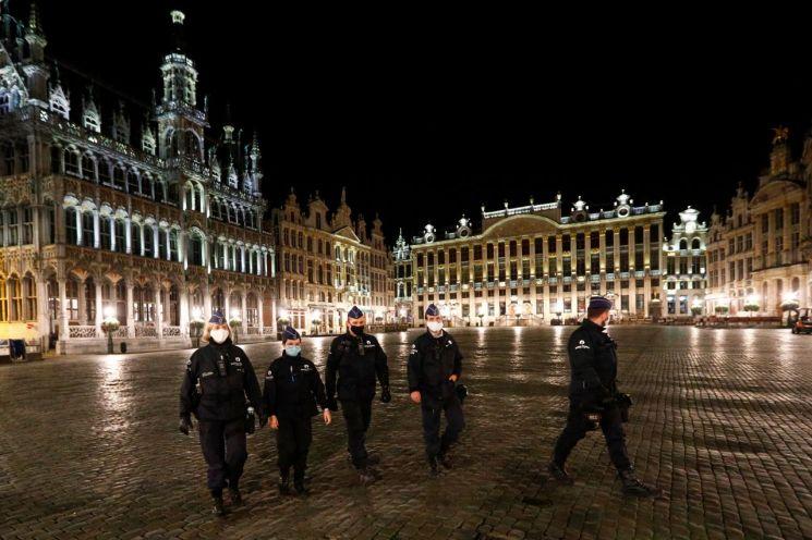 코로나19 확산에 따라 야간 통행 금지령이 내려진 벨기에 브뤼셀의 한 거리/사진=연합뉴스