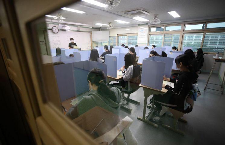 지난 9월 2일 경북 경산시 경산여자고등학교에서 고3 수험생들이 수능 모의고사를 치고 있다. [이미지출처=연합뉴스]