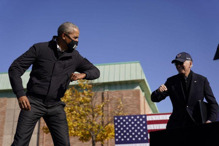 지난달 31일 미 대통령 선거 유세에 나선 버락 오바마 전 대통령(왼쪽)과 조 바이든 민주당 대통령 후보 [이미지출처=AP연합뉴스]