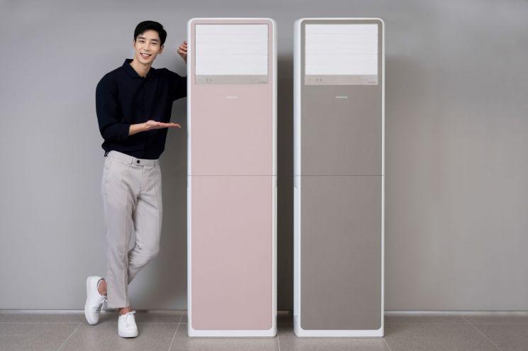 삼성전자 모델이 삼성디지털프라자 서초본점에서 강력한 냉, 난방 성능에 감각적인 디자인을 적용한 비스포크 상업용 스탠드 에어컨을 소개하고 있다.