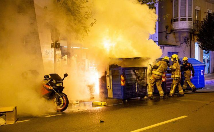 1일(현지시간) 스페인 중북부 라리오하주 로그로뇨시의 소방대원들이 신종 코로나바이러스감염증(코로나19) 봉쇄령 반대 시위로 시내 곳곳에서 일어난 화재를 진압하고 있다. 지난달 29일 스페인 의회가 코로나19 확산세를 억제하기 위해 발동한 비상사태를 내년 5월까지 6개월간 연장한다고 발표하자 스페인 전국에서 대규모 반발 시위가 발생하고 있다.  로그로뇨(스페인)=EPA연합뉴스