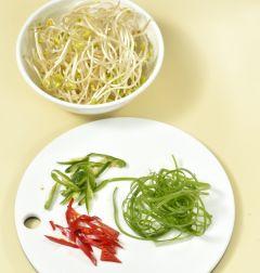 2. 콩나물은 다듬어 씻어 물기를 뺀다. 대파는 굵게 채 썰고 풋고추와 홍고추는 반으로 갈라 어슷하게 썬다.