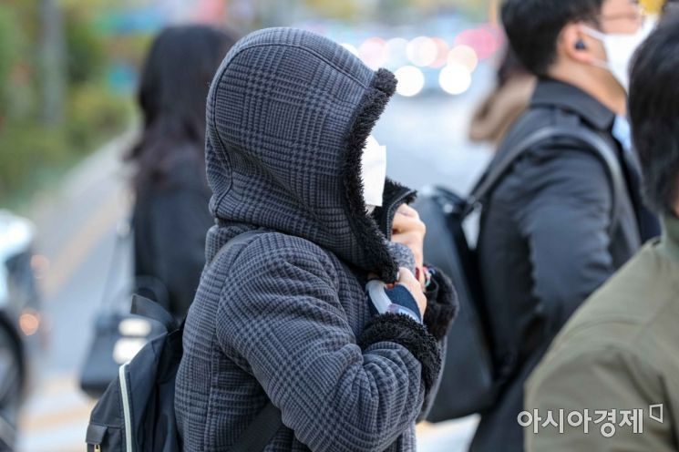 일요일인 29일도 내륙 대부분의 기온이 영하권을 보이겠다. 사진은 서울 종로구 세종로 네거리에서 직장인들이 두꺼운 외투를 입은 모습. /강진형 기자aymsdream@