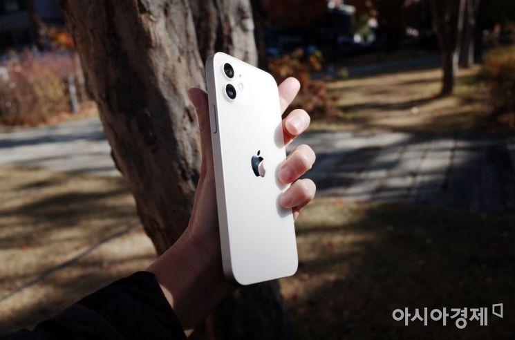 아이폰12 써보니…12 프로 못지 않은 카메라 성능