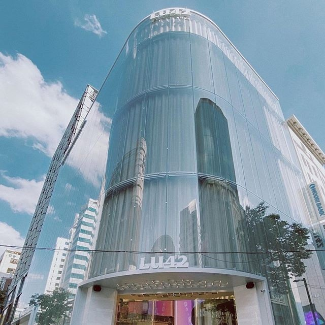 우리은행 명동금융센터 1,2층에 들어선 패션, 화장품 편집숍  LU42 전경.