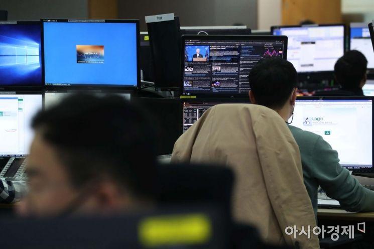 6일 서울 을지로 하나은행 딜링룸에서 딜러들이 일하고 있다. 이날 코스피 지수는 전 거래일 대비 8.00포인트(0.33%) 오른 2,421.79로 출발해 강세 흐름을 유지하고 있다. /문호남 기자 munonam@