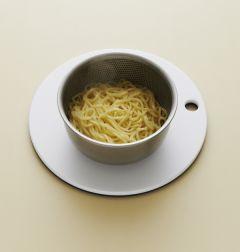 1. 중화면은 끓는 물에 소금을 넣고 삶아서 찬물에 헹구어 물기를 뺀다.