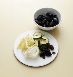 2. 홍합은 껍질째 씻어 건진다. 배추, 양파, 호박은 먹기 좋은 크기로 썰고 목이버섯은 찬물에 불려서 딱딱한 부분을 떼어내고 먹기 좋게 찢는다.