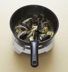 5. 굴소스를 넣고 물 3컵을 넣어 끓인 후 홍합이 익으면 소금과 후춧가루로 간을 맞춘다. 중화면을 넣어 1분 정도 끓인다.