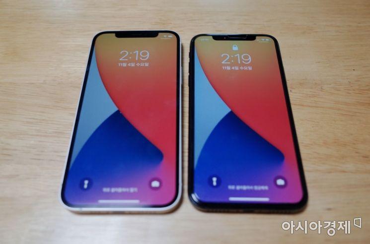 아이폰12(오른쪽)와 아이폰X. 아이폰12는 6,1인치로 아이폰X(5.8인치)에 비해 크지만 두께는 아이폰12가 7.4mm로 0.3mm 얇다.