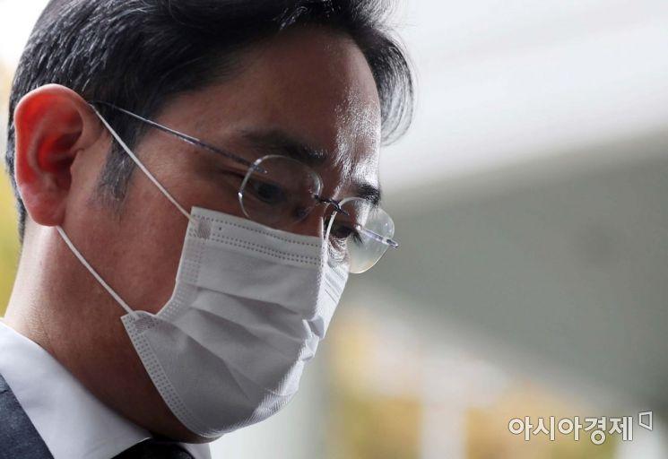 이재용 삼성전자 부회장이 9일 '국정농단' 사건 파기환송심 재판이 열리는 서초동 서울고등법원으로 들어서고 있다. /문호남 기자 munonam@