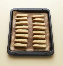 5. 구운 반죽을 충분히 식혀서 1cm 두께로 잘라서 160℃에서 20분 정도 더 굽는다.