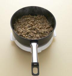 3. 마늘향이 나면 버섯을 넣어 볶다가 간장을 넣고 소금으로 간을 한 후 실파를 넣는다.