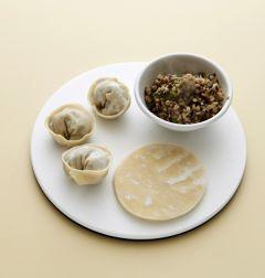 4. 만두피에 소를 얹고 원하는 모양으로 빚어 김이 오른 찜기에 쪄서 접시에 담고 초간장을 곁들인다.