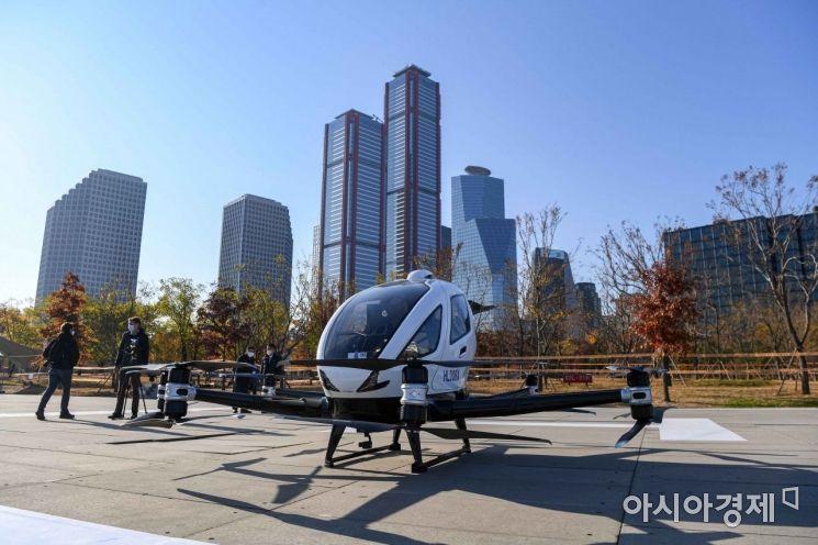 지난해 11월11일 서울 여의도공원에서 드론택시가 상용화를 위한 시범운행에 앞서 점검에 들어가고 있다./강진형 기자aymsdream@