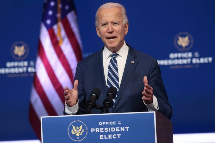 조 바이든 미국 대통령 당선인이 10일(현지시간) 델라웨어주 윌밍턴에서 가진 기자회견에서 '오바마케어'로 불리는 건강보험개혁법(ACA)에 관해 발언하고 있다. [이미지출처=연합뉴스]