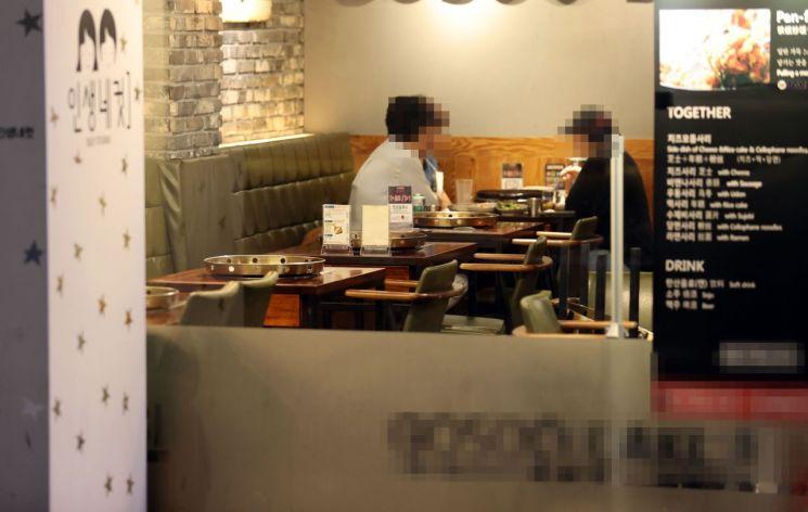 지난 9월 서울 강남역 인근의 한 음식점. 손님들이 식사하며 이야기를 나누고 있다./사진=연합뉴스