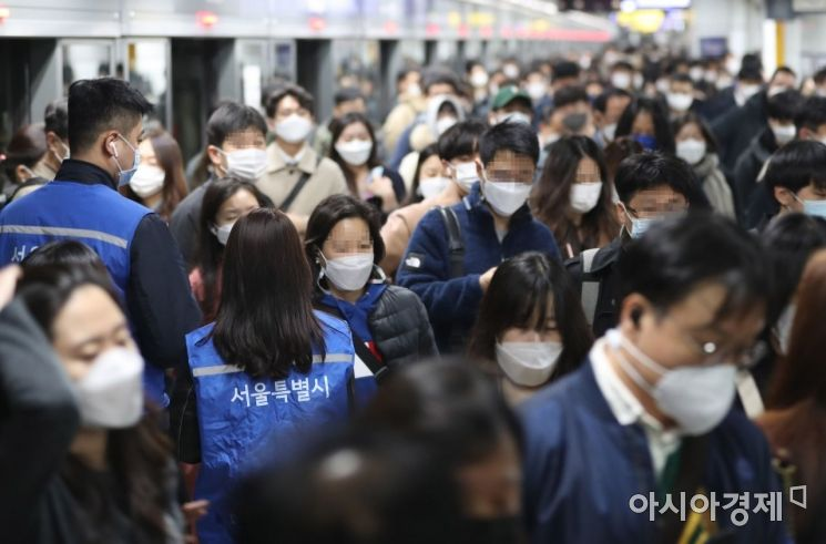 지난 13일 오전 서울 광화문역. 시민들이 발걸음을 옮기고 있다./강진형 기자aymsdream@