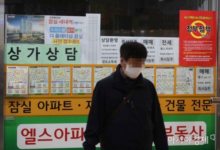 정부가 24번째 부동산 정책을 발표한 19일 서울 송파구 부동산 중개업소에 매물 정보와 정부의 부동산 정책을 비판하는 내용의 포스터가 붙어 있다. /문호남 기자 munonam@